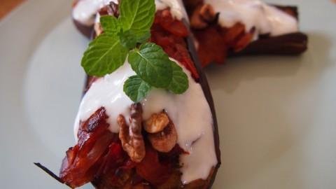 Snel recept: aubergine uit de oven met yoghurtmuntsaus
